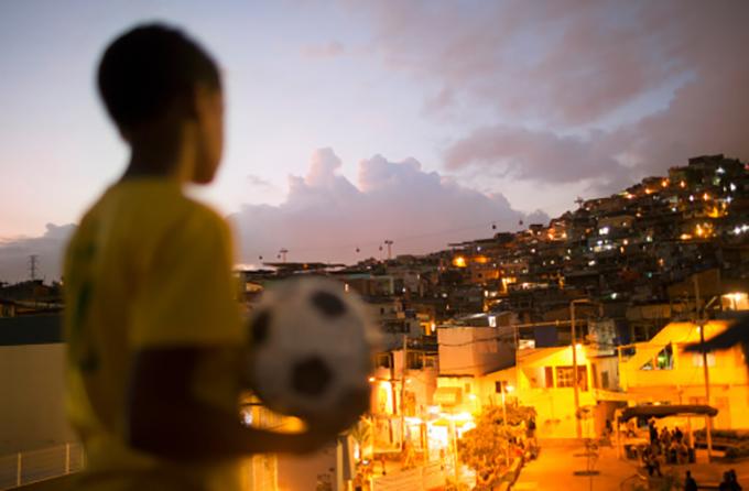 با فوتبال شروع شد و به انسانیت ختم شد؛ رستگاری در فاولا های برزیل نمرده است